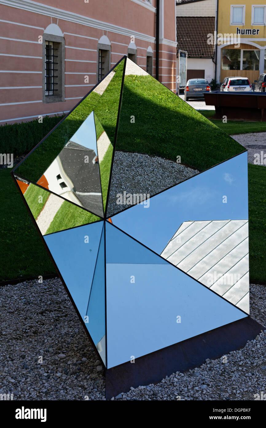Un objet miroir pentagonale par l'artiste Manfred Hebenstreit couple et Billa, jardin, Peuerbach Schlosspark Photo Stock