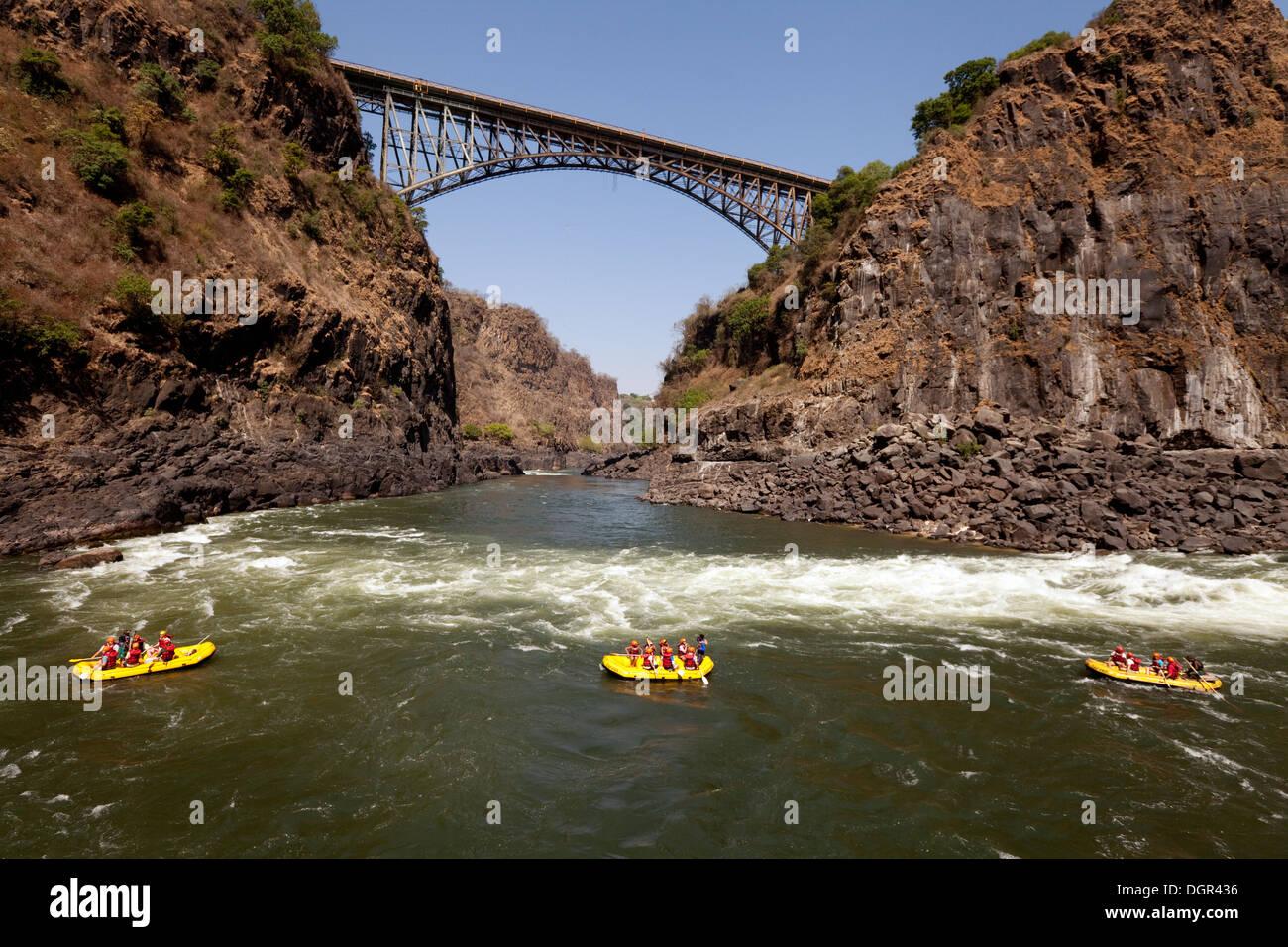 Rafting sur le fleuve Zambèze au Victoria Falls, Zimbabwe, Zambie, l'Afrique aux frontières Banque D'Images