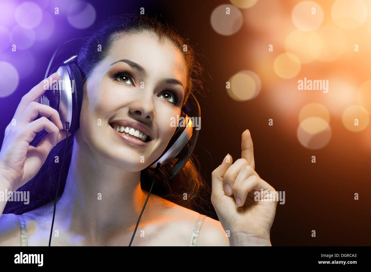 Jolie fille le chant à la réjouissance partie Photo Stock