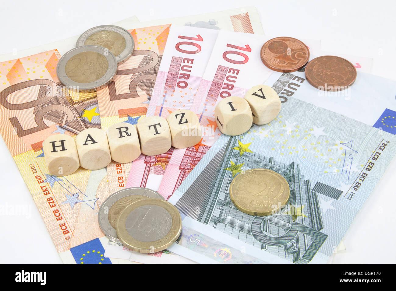 """Lettres formant le mot """"Hartz IV"""", le soutien du revenu allemand subvention, billets, images symboliques pour les paiements de Hartz IV Photo Stock"""