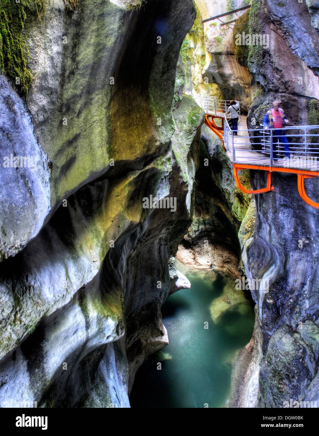 Le superbe emplacement étroit canyon Gorges du Fier à Lovagny en France, l'image traitée en HDR Photo Stock