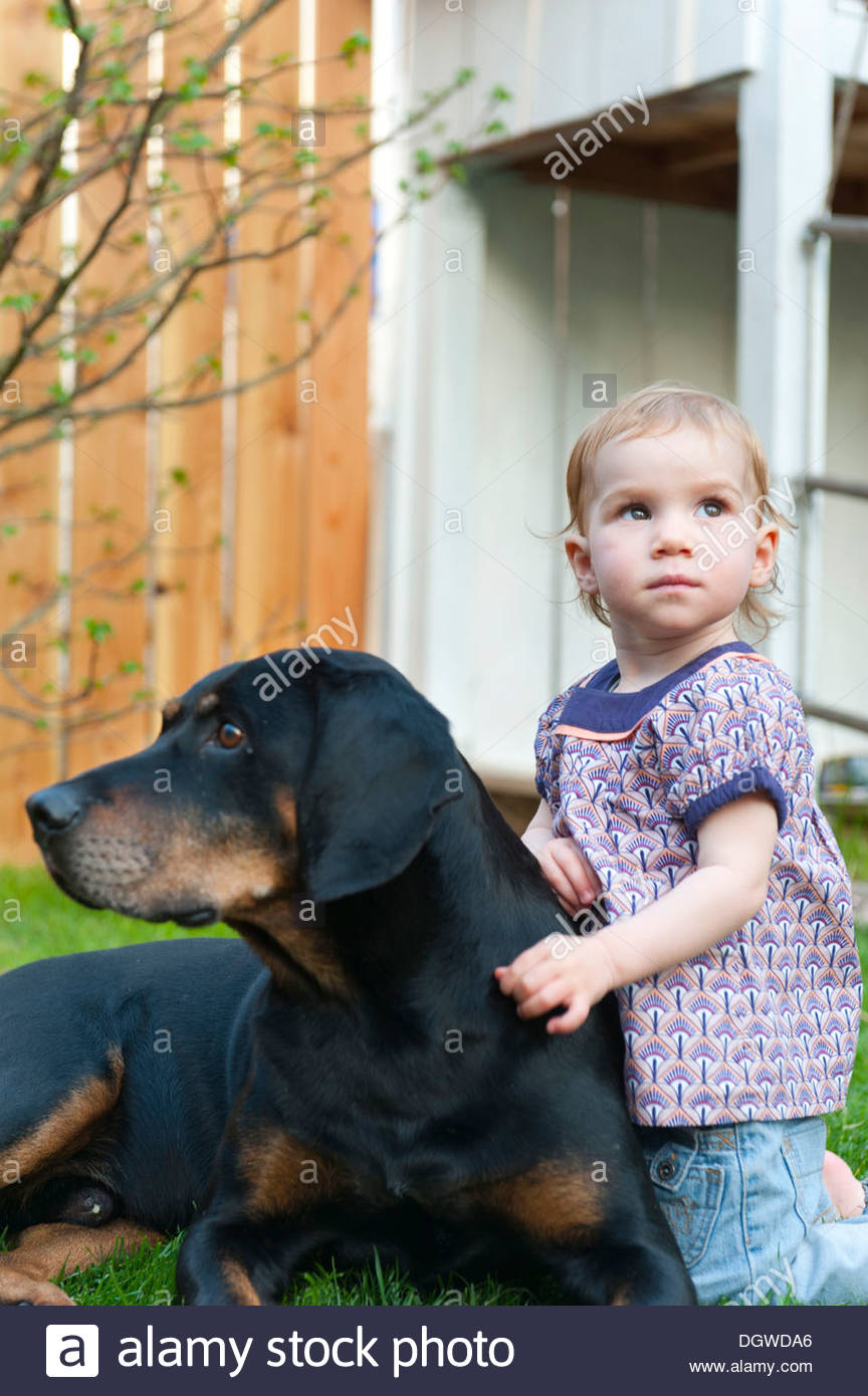 Tout-petit, fille de ferme avec un grand chien dans un jardin, Friedberg près d'Augsbourg en Bavière Photo Stock