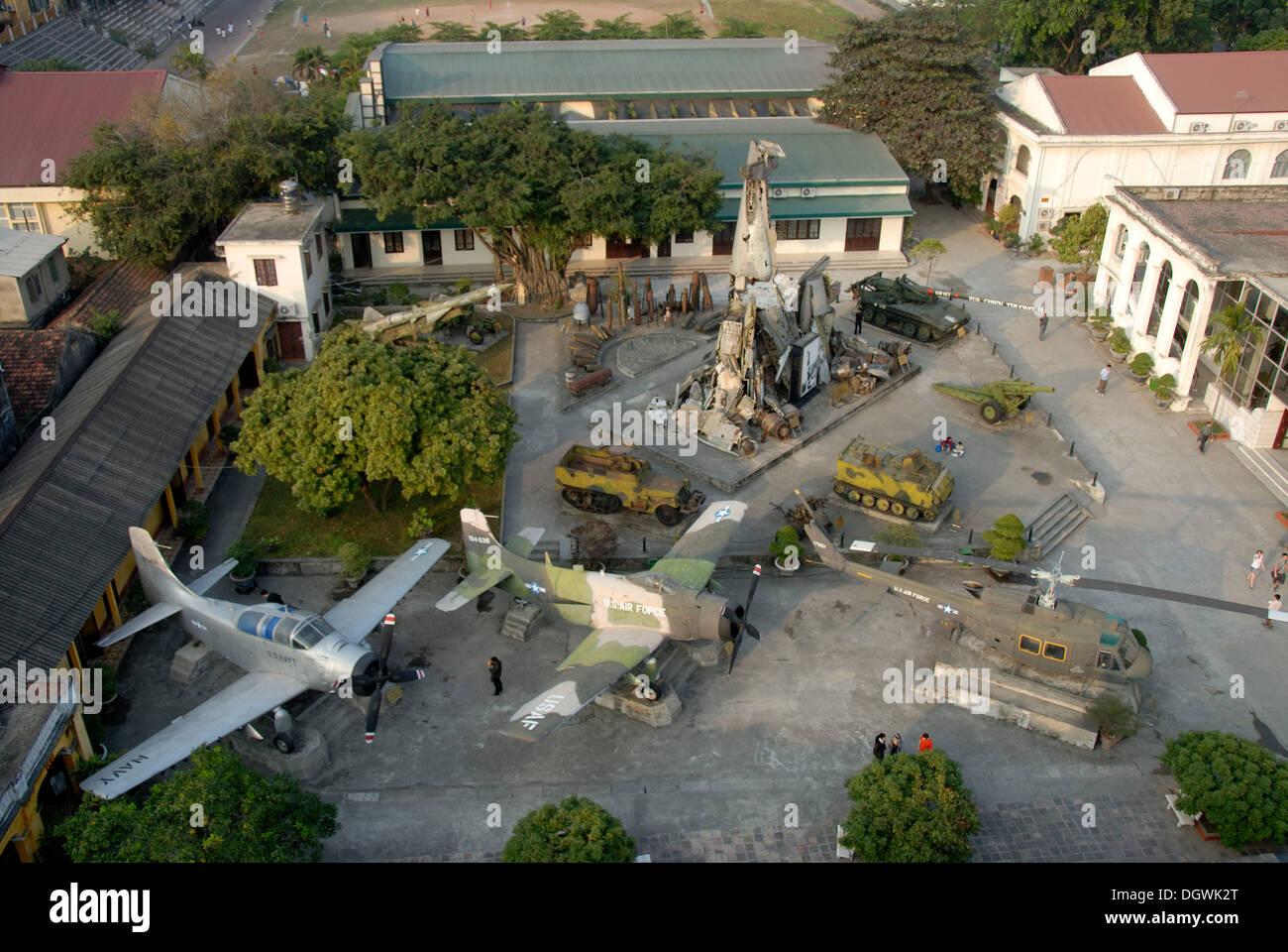 Exposition de butin de guerre de la guerre du Vietnam, des avions, des hélicoptères de combat américains, de canons, de missiles et de chars Photo Stock