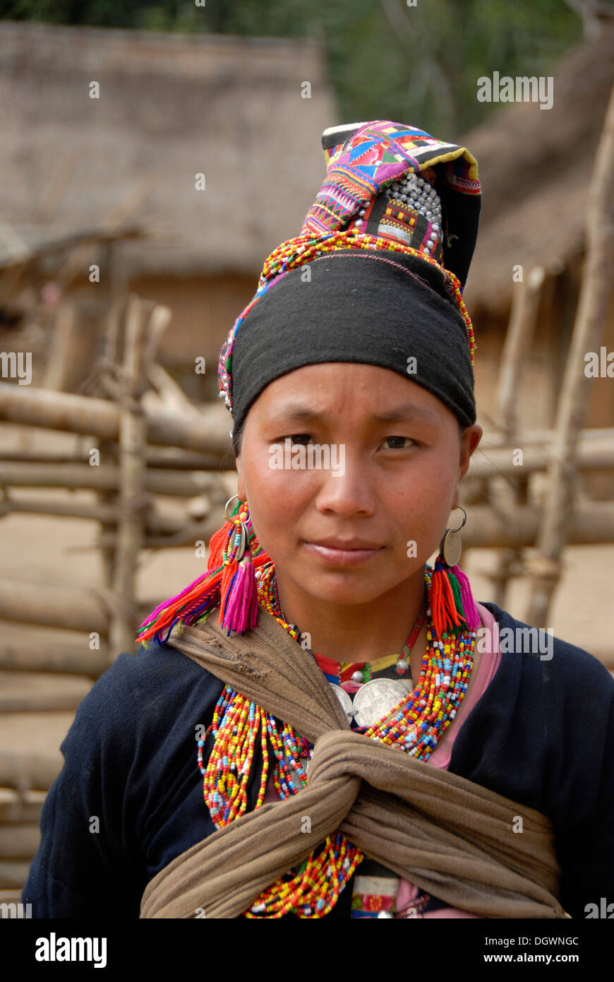Portrait de jeune femme de l'ethnie Akha Loma, traditionnel costume noir, brodé de couleurs vives, PAC, les chaînes colorées Photo Stock
