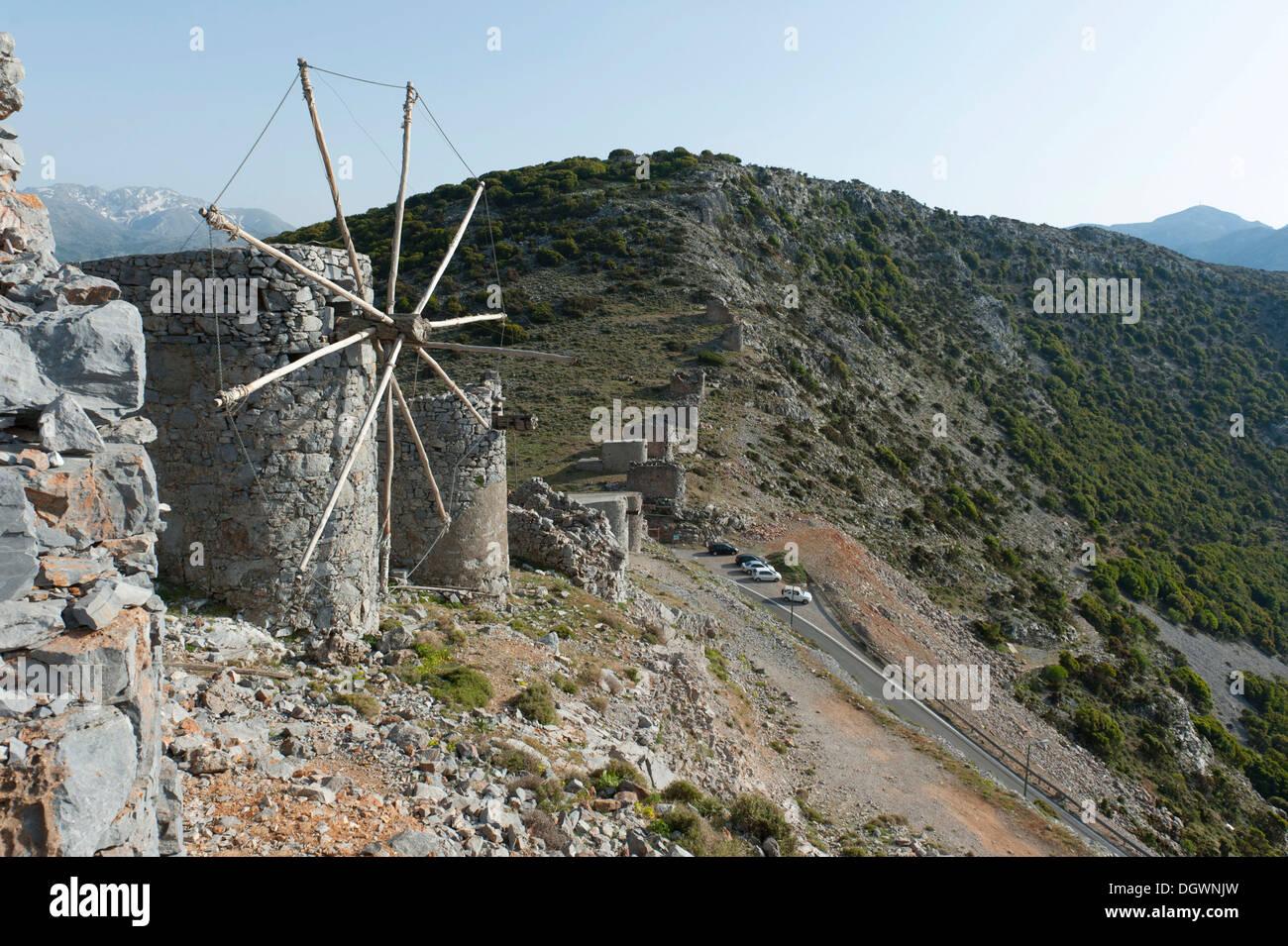 L'énergie éolienne historique, vieux moulins à vent vénitien au passage Ambélos, Plateau Lassithi, Crète, Grèce, Europe Photo Stock