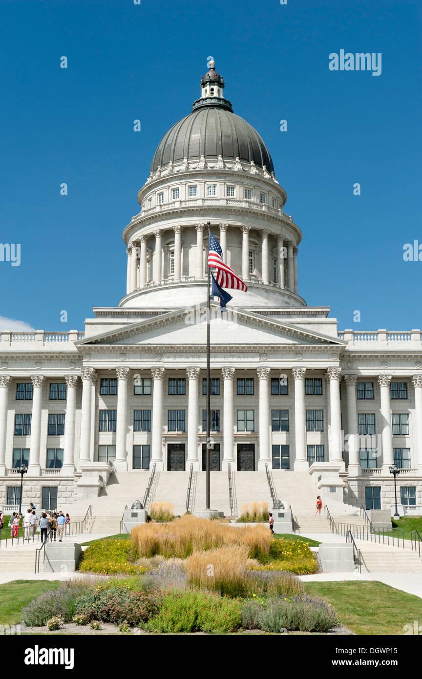 Capitol, Cour suprême et le Parlement, le drapeau et le drapeau de l'état de l'Utah, la colline du Capitole, Salt Lake City, Utah Banque D'Images