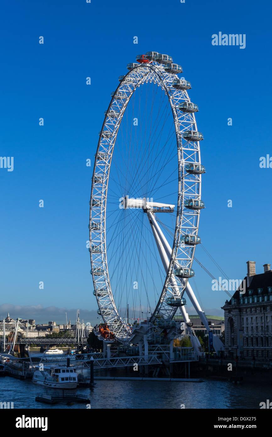 Vue sur le London Eye à partir de Westminster Bridge sur un matin tôt Banque D'Images