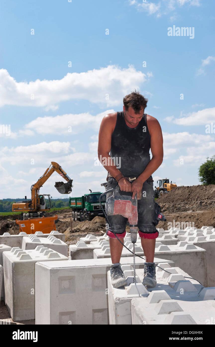 le forage de trous dans la pierre travailleur de blocs qui sont  u00e0 utiliser  u00e0 l u0026 39 emplacement de l