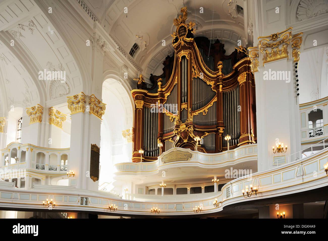 Vue de l'intérieur de l'église St Michel baroque avec orgue, Hambourg Photo Stock