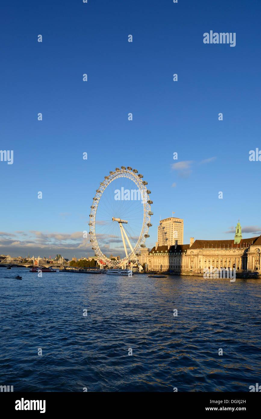 Attraction touristique, l'Oeil de Londres sur la Tamise, Londres, Angleterre, Royaume-Uni, Europe Photo Stock