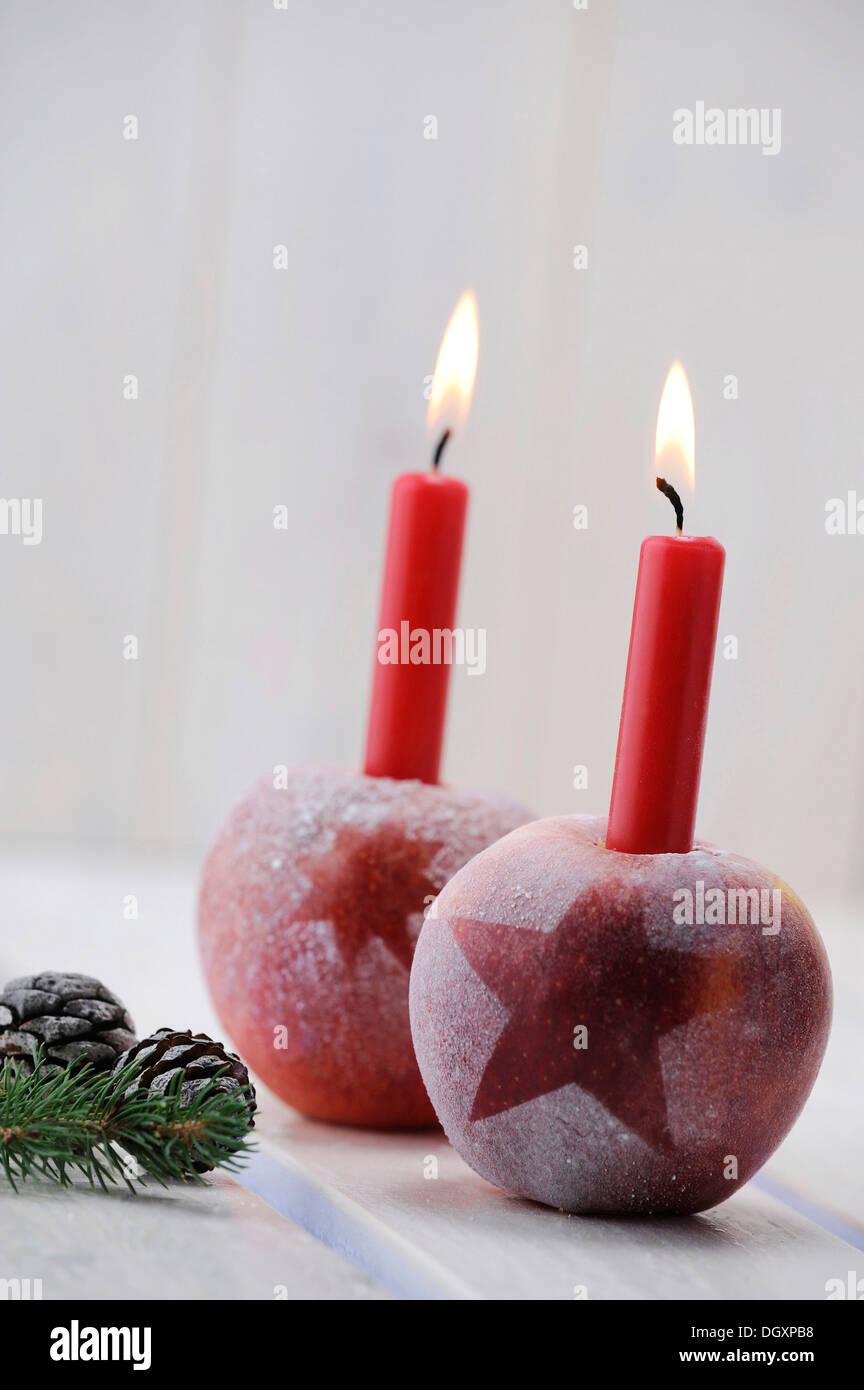 Ambiance de Noël avec des pommes rouges et des bougies Photo Stock