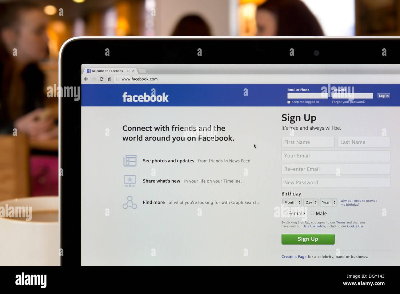 Le site Facebook tourné dans un environnement (usage éditorial uniquement: -Print, télévision, e-book et le comité éditorial du site). Photo Stock