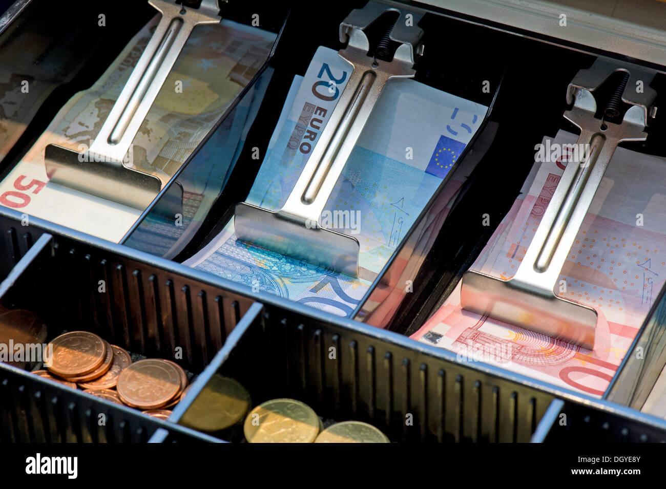 Billets et pièces de monnaie dans une caisse enregistreuse, Stuttgart, Bade-Wurtemberg Banque D'Images