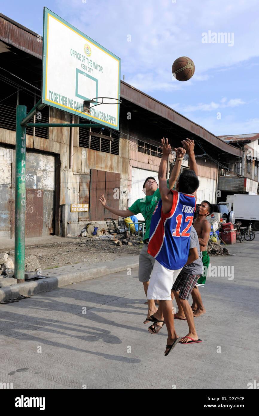 Garçons jouant au basket-ball sur une rue à Cebu, aux Philippines, en Asie du Sud-Est, l'Asie Photo Stock