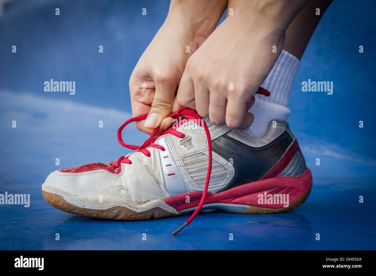 Attacher la chaussure de sport Photo Stock