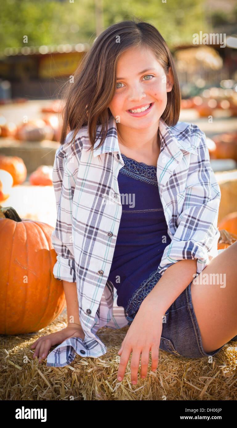 Preteen Girl Portrait à la citrouille dans un cadre rustique. Photo Stock