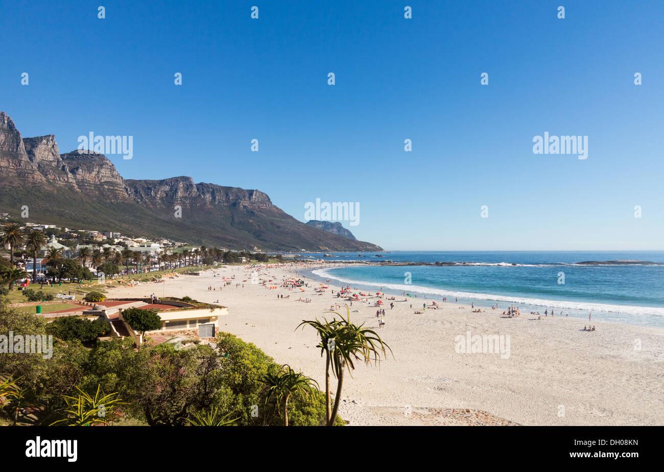 Plage de Camps Bay, Cape Town, Afrique du Sud côte avec la Montagne de la table en arrière-plan Photo Stock