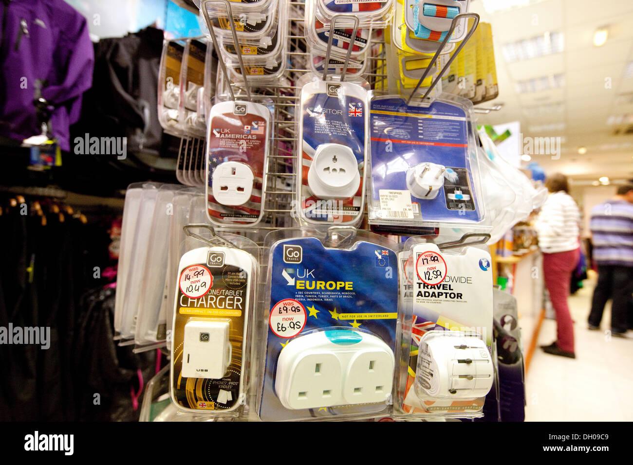 Les bouchons des voyages internationaux en vente dans une boutique, Norwich, UK Photo Stock