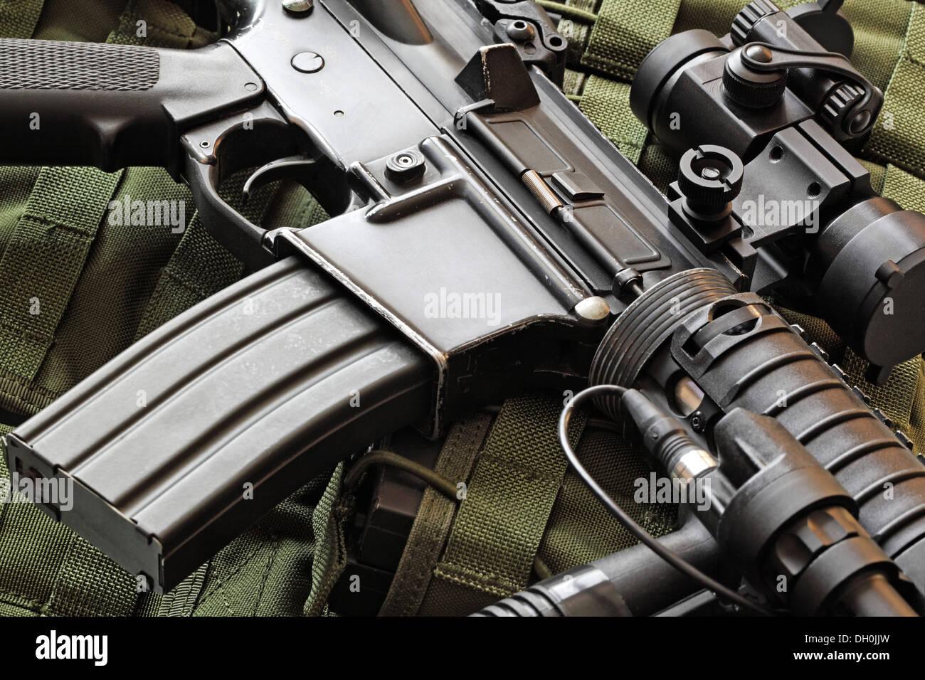 Close-up of a rayé M4A1 Carbine (AR-15) et vert veste tactique militaire Photo Stock
