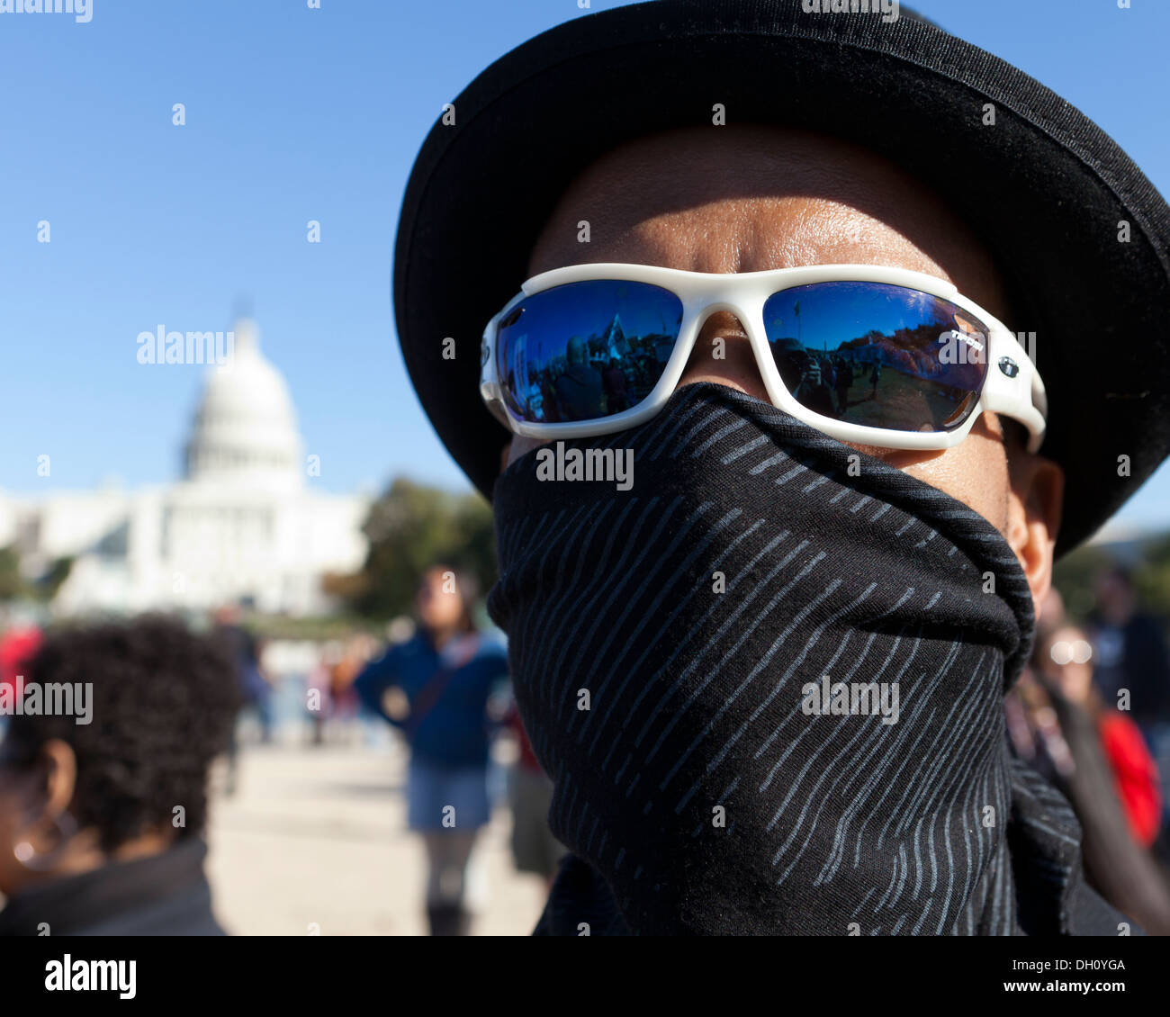 L homme se cachant le visage avec masque de bandana, lunettes de soleil, ee00984a92ae