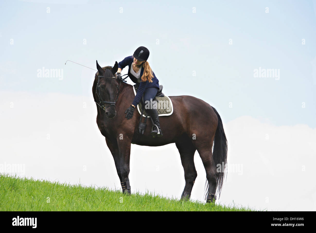 Woman Riding Horse in Rural Landscape, Bade-Wurtemberg, Allemagne, Europe Photo Stock