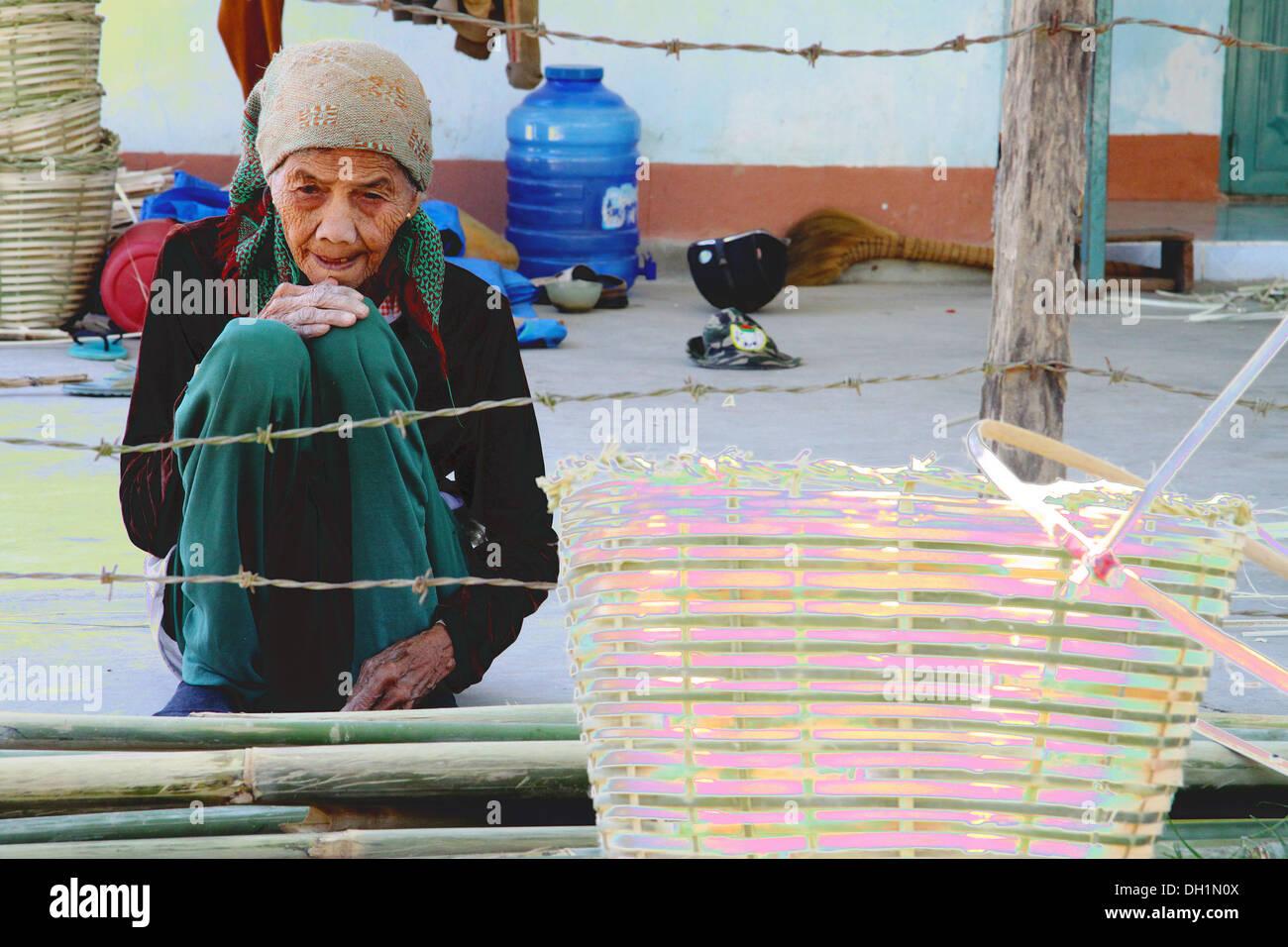 Vieille Femme faisant des paniers dans les hauts plateaux du centre, Vietnam Photo Stock
