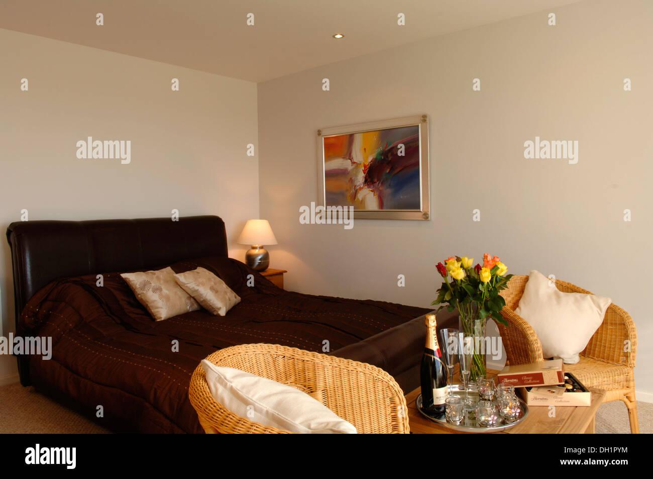 Chambre à coucher romantique scène avec deux verres de champagne ...