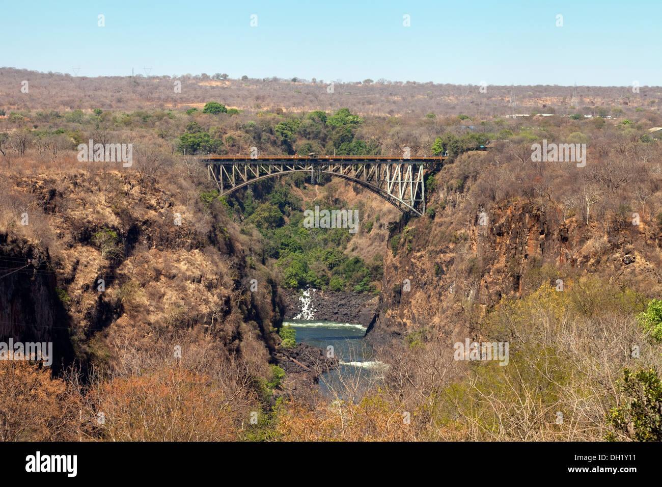Les Chutes Victoria pont enjambant le fleuve Zambèze en aval des chutes, vu depuis le Zimbabwe Photo Stock