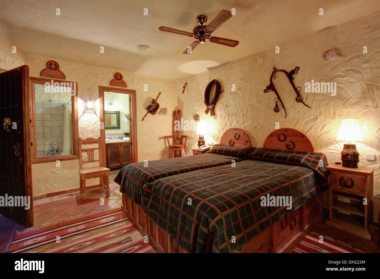 Bouilloire ventilateur de plafond au-dessus de lit en bois ...