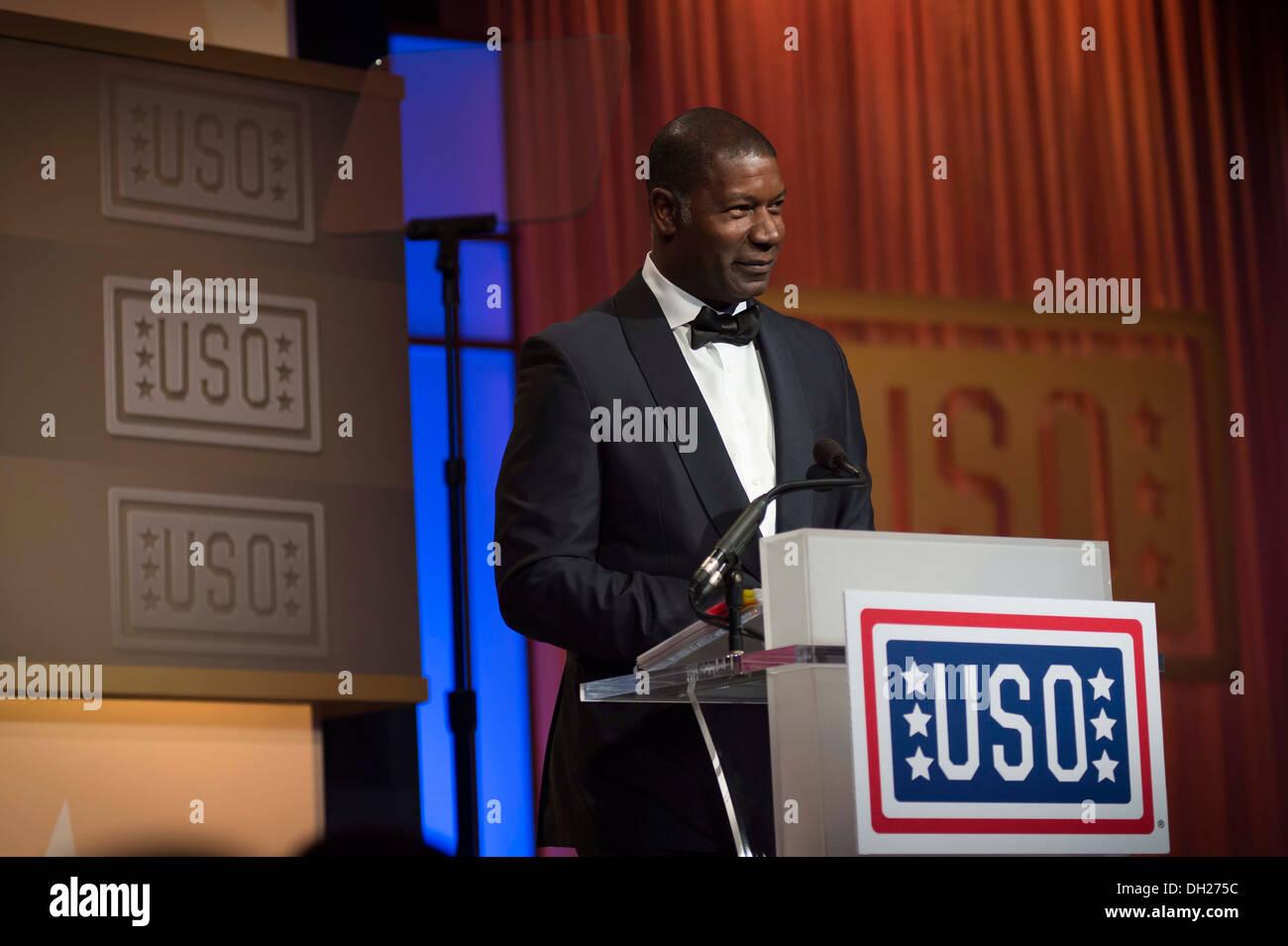 Acteur de longue date et supporter l'USO et bénévoles Dennis Haysbert joue le rôle de maître de cérémonie de l'USO 2013 Gala à Washi Photo Stock