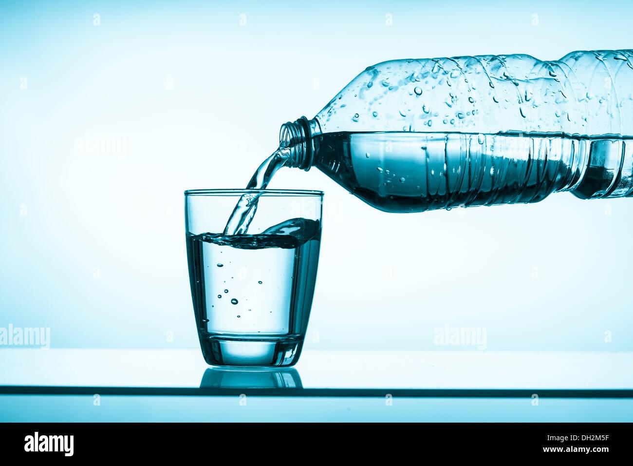 L'eau en bouteille et un verre Photo Stock