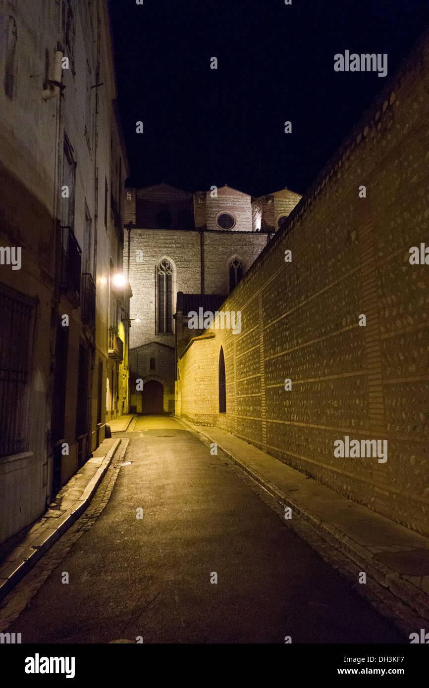 Ruelle étroite dans le vieux quartier historique de Perpignan près de Cathédrale St Jean, Perpignan, France Photo Stock