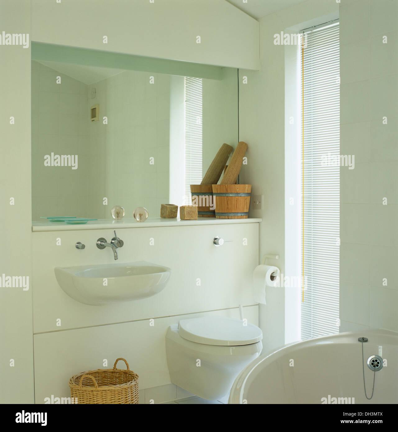 Miroir et tablette avec pilon en bois fixée au mur au-dessus ...