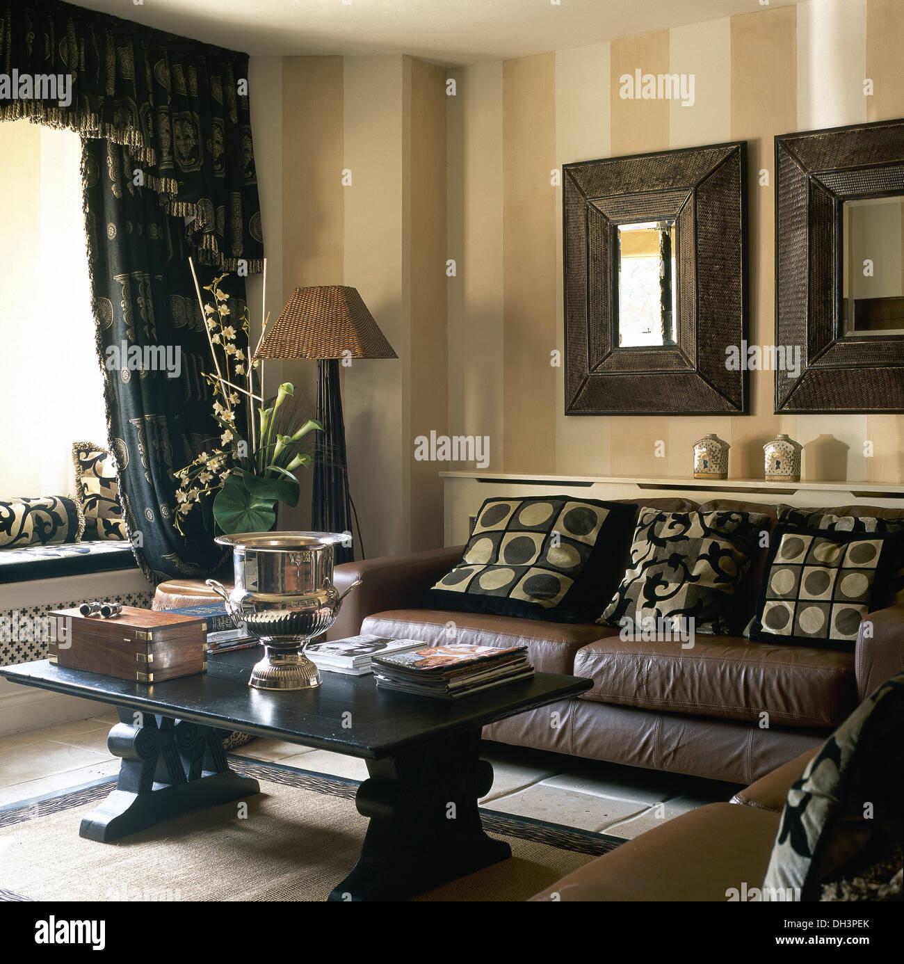 miroirs en bois au dessus d 39 un canap en cuir marron avec coussins tonifiant dans la salle de. Black Bedroom Furniture Sets. Home Design Ideas