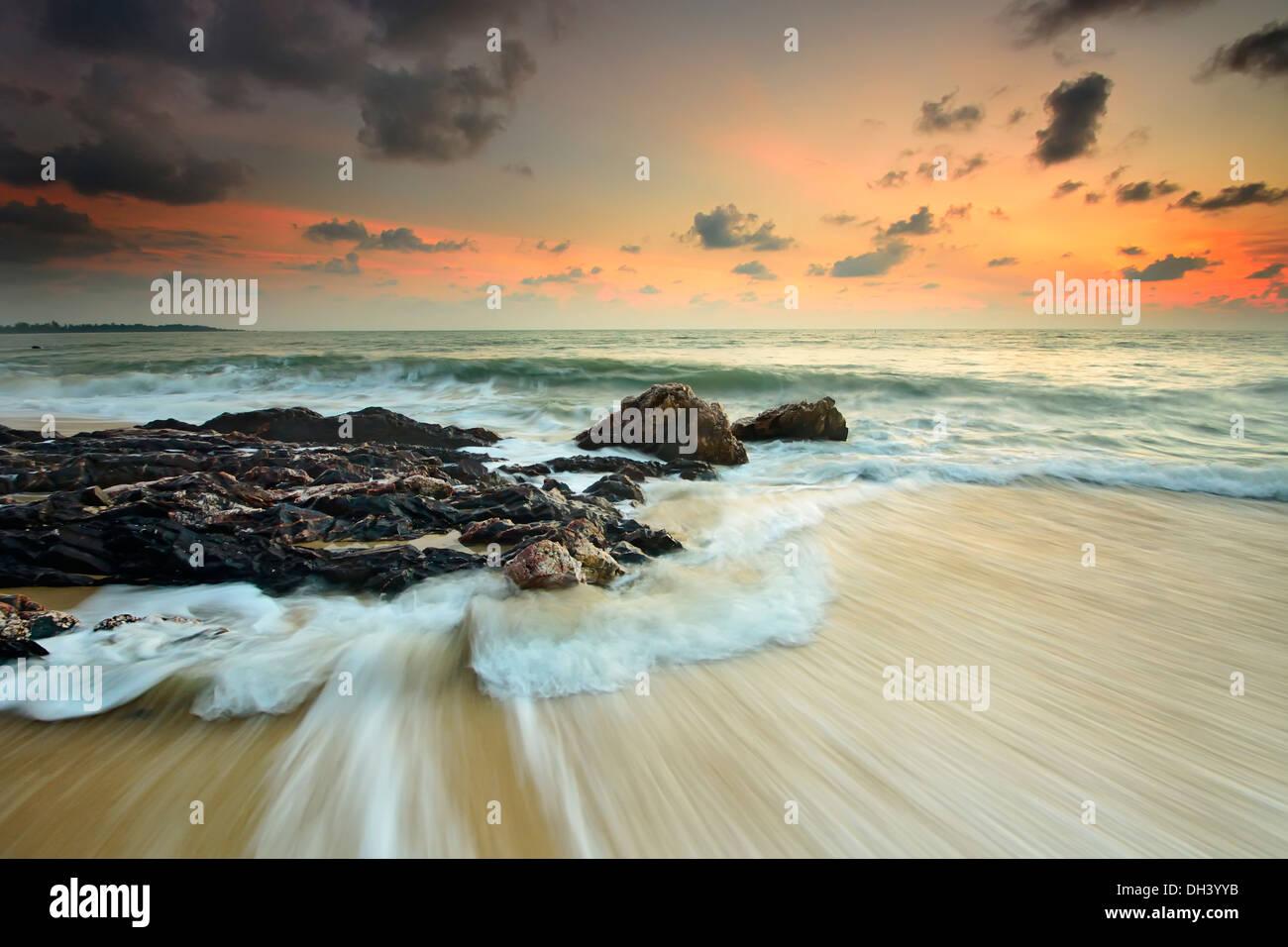 Les vagues de la mer de l'impact de la ligne des cils rock sur la plage Photo Stock