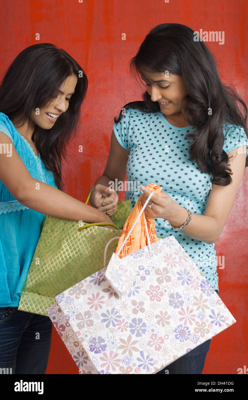 Adolescente et a young woman holding shopping bags Banque D'Images