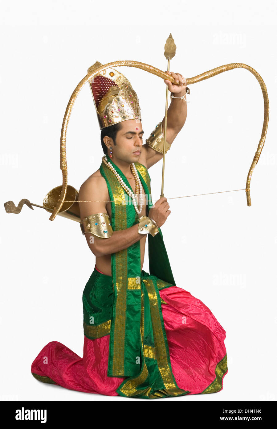 Jeune homme dans un caractère d'Arjuna et tenant un arc et une flèche Banque D'Images