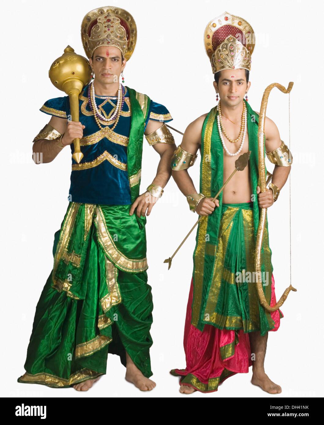 Deux jeunes hommes dans un caractère d'Arjuna et Bhima Banque D'Images