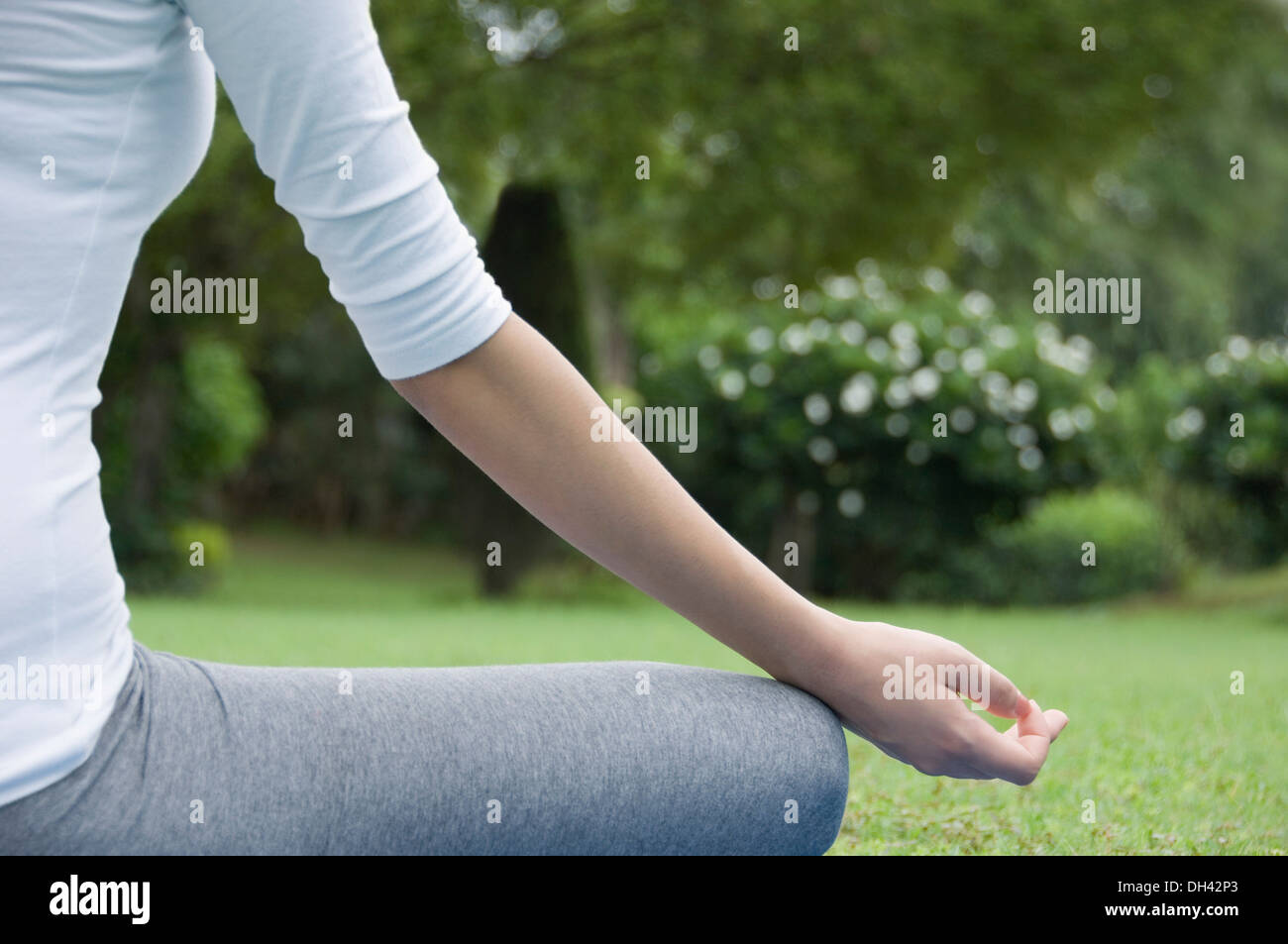 Woman practicing yoga in a park Banque D'Images