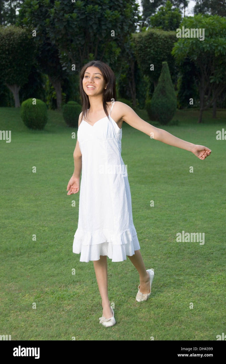Woman walking in a park Banque D'Images