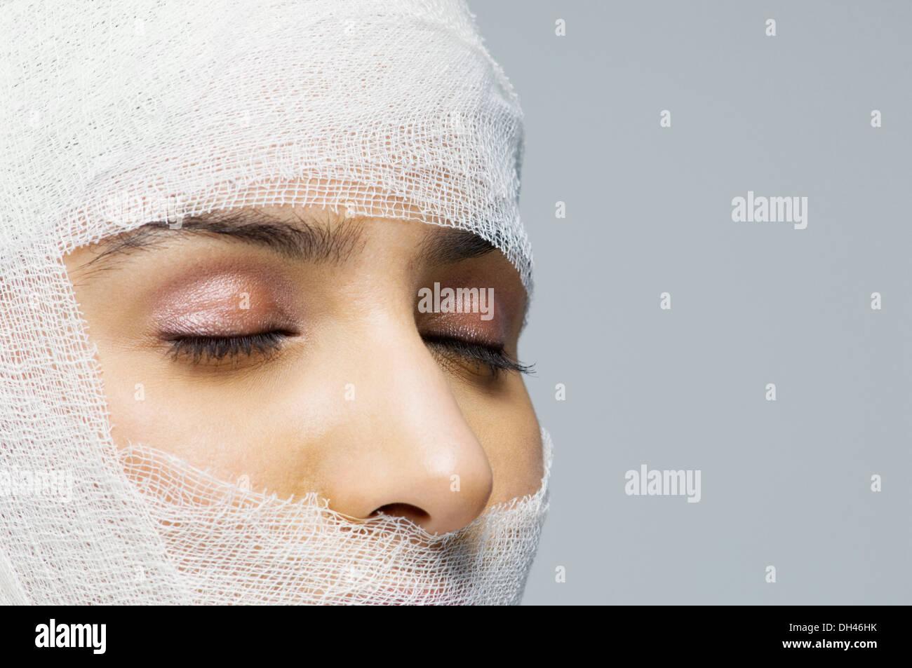 Visage de femme enveloppée avec un bandage Banque D'Images
