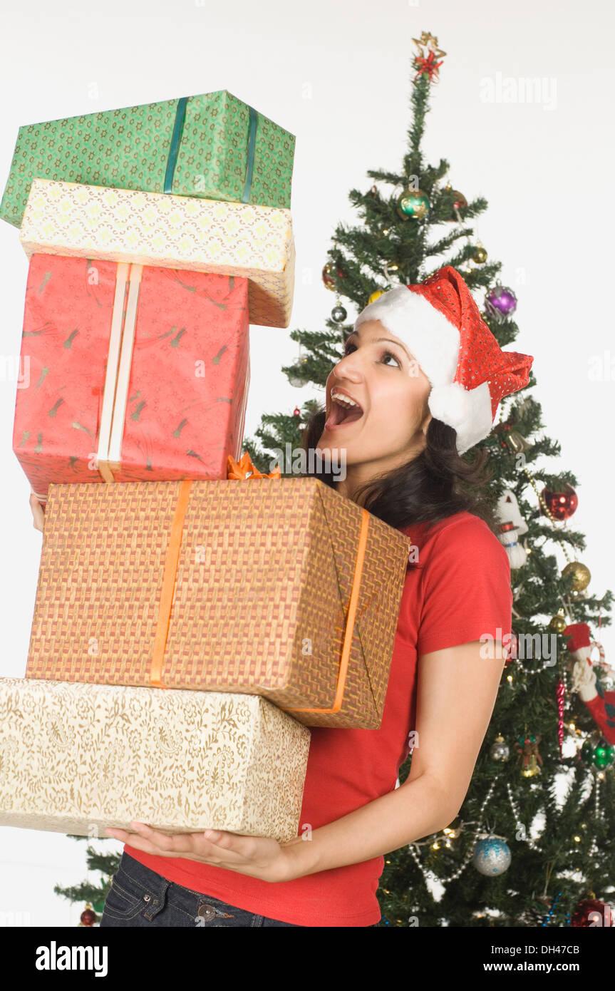 Femme tenant une pile de cadeaux de Noël Banque D'Images