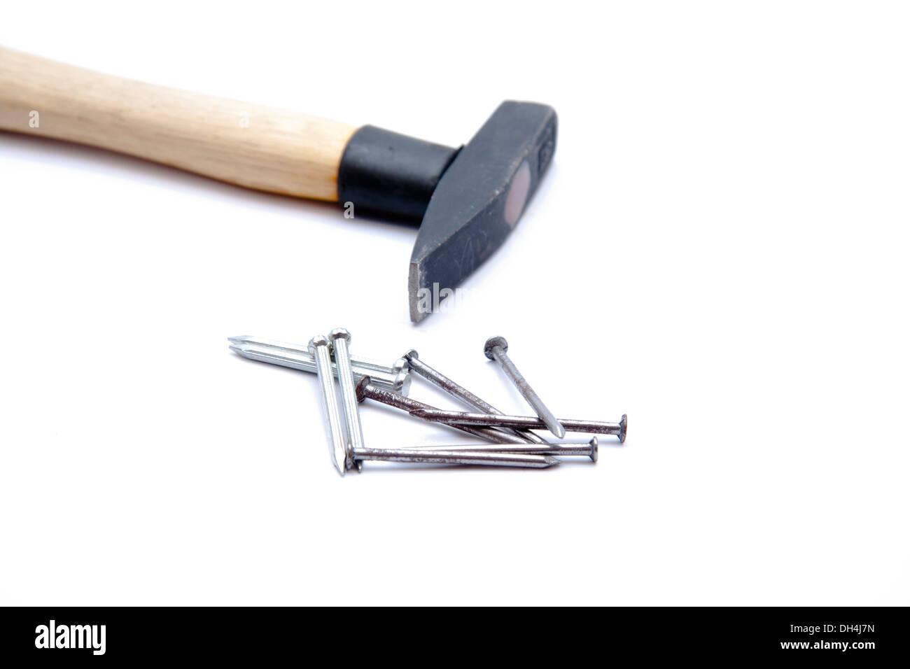 Les clous avec un marteau sur fond blanc Photo Stock