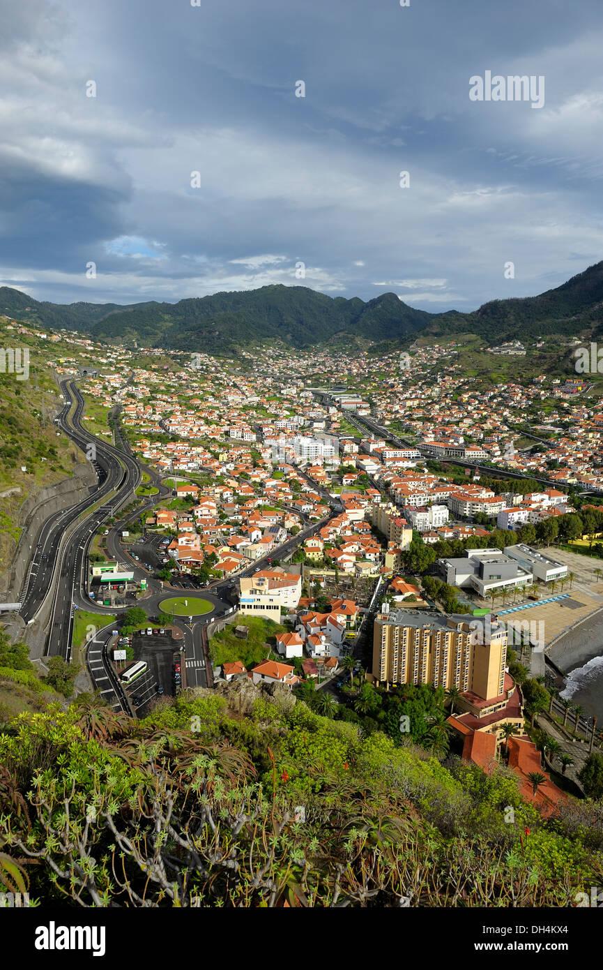 Madère au Portugal. Une vue aérienne de la ville côtière de Machico Photo Stock