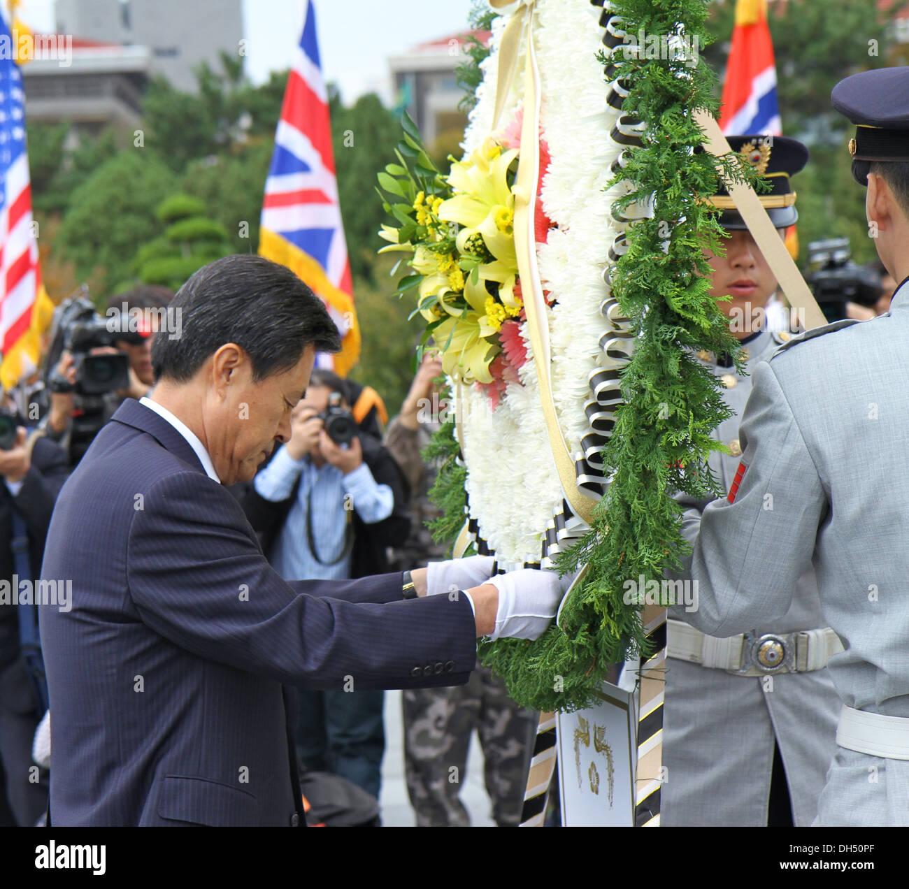 M. Hur Nam-sik, Busan Metropolitan City mayor, consacre couronne au Cimetière commémoratif des Nations Unies lors de la 68ème anniversaire de la célébration de la Journée des Nations Unies le 24 octobre au Cimetière commémoratif des Nations Unies. Photo Stock