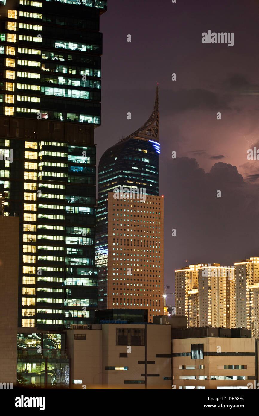 Les bâtiments de grande hauteur en face de nuages de tempête, Jakarta, Java, Indonésie Photo Stock