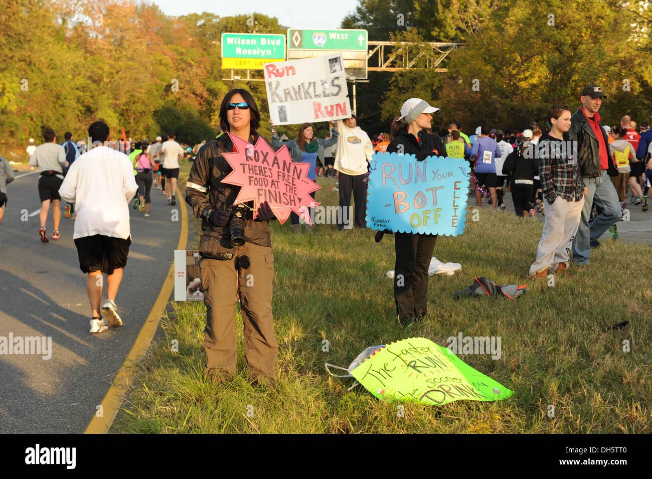 Signes et tenir les partisans d'encourager les participants au cours de la 38e conférence annuelle de Corps Maraine Marathon, Washington, D.C., Octobre 27, 2013. Photo Stock