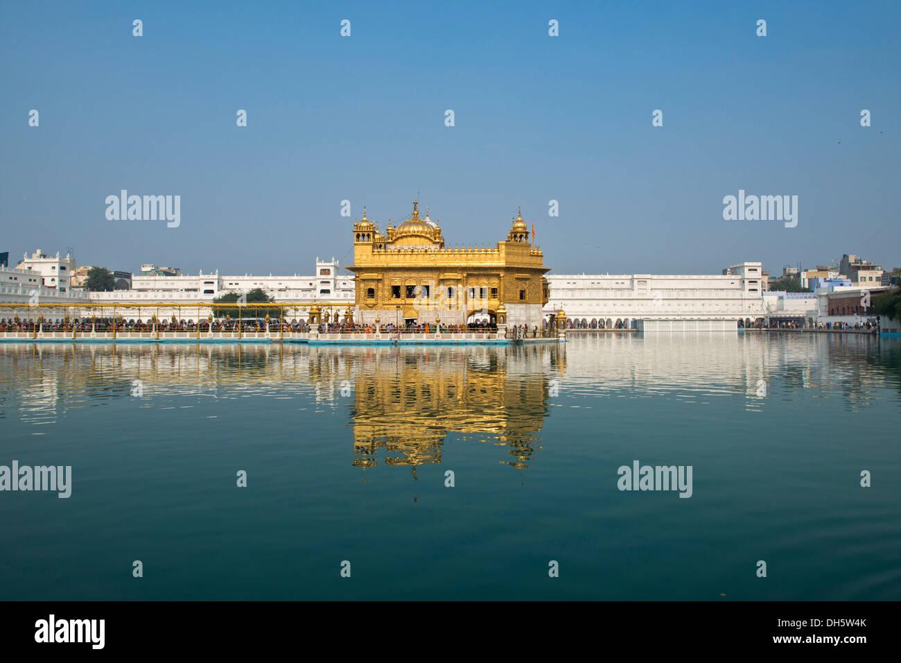 Hari Mandir ou temple d'Or, dans le lac sacré d'Amrit Sagar, le principal lieu de culte de la communauté religieuse Banque D'Images