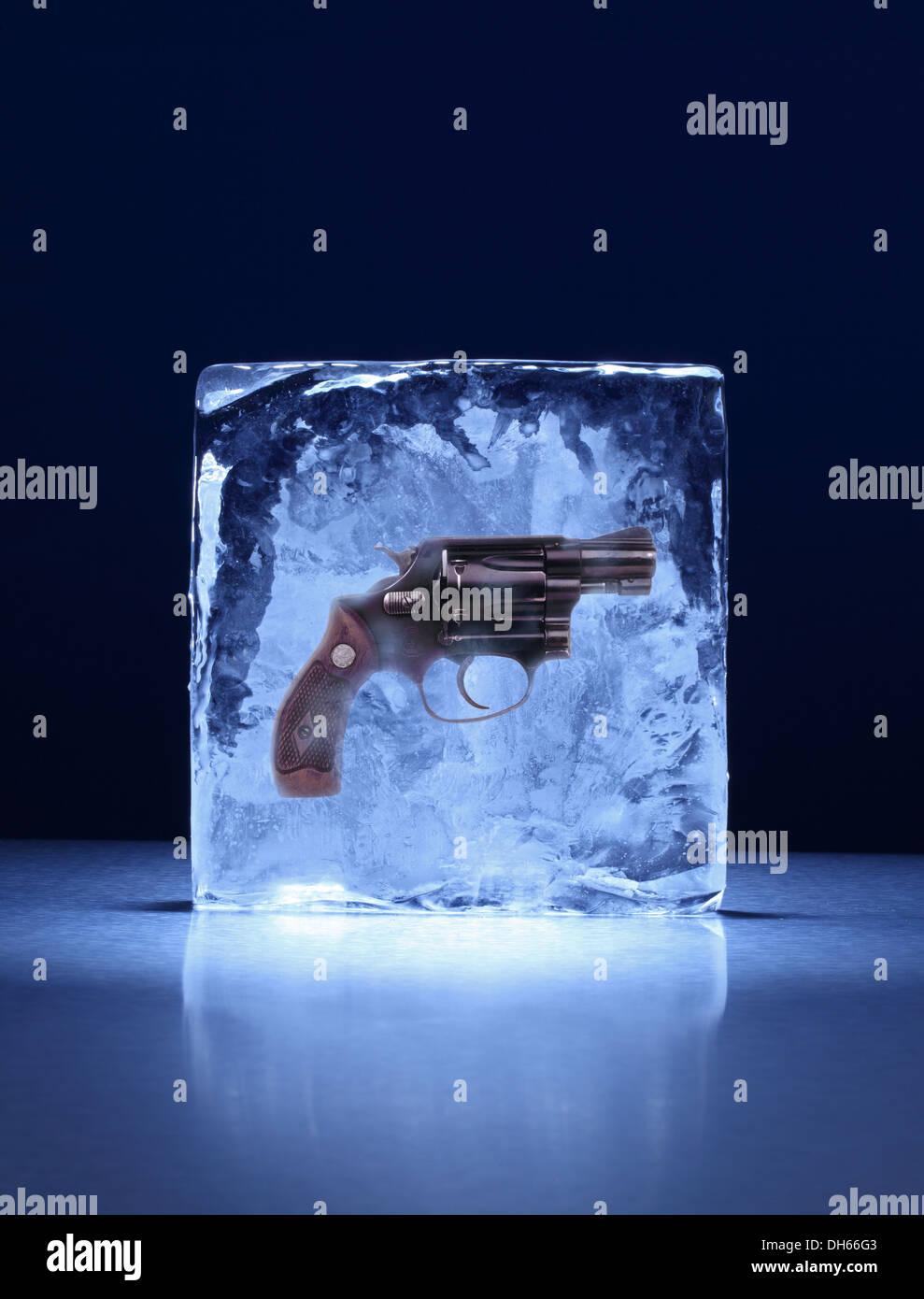 Une arme de poing gelé dans un bloc de glace Photo Stock