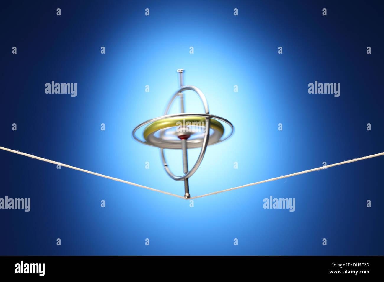 Un gyroscope en rotation en équilibre sur un chiffon de chaîne. Photo Stock